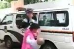 ตำรวจโหด จะจับผู้ต้องหาแม่ลูกอ่อน ตบจนหน้าสั่นทั้งที่อุ้มลูกอยู่คาอก