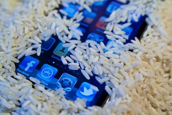 6 ทางแก้เมื่อสมาร์ทโฟนของคุณตกลงไปในน้ำ รับรองว่านำกลับมาใช้ได้เหมือนเดิมหายห่วง