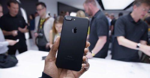 มาดูใกล้ๆกับดีไซน์ของ iPhone 7 รุ่นสีดำเงา Jet Black และรุ่นสีดำ Matte black ของจริงในงานเปิดตัว
