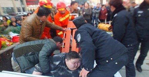 หนุ่มจีนหนัก 220 กิโล พลาดล้มบนถนน ลุกขึ้นเองไม่ได้ จะใช้คนกว่า 20 คนช่วยให้ลุกขึ้นมา